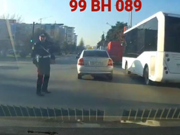 """Bakıda sürücü maşını """"saxla"""" əmrini verən yol polisinin üstünə sürdü - VİDEO"""