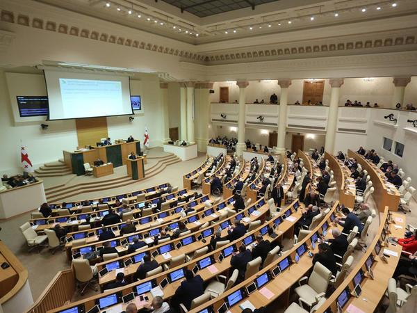 Gürcüstanın hakim partiyası parlamentdəki çoxluğu itirir