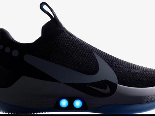 Özübağlanan Nike ayaqqabının qaytanlarında qüsur var