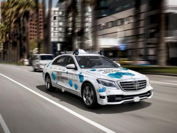 """""""Daimler""""dən YENİLİK: <span class=""""color_red"""">Robot taksilərin kütləvi istehsalına başlanılacaq</span>"""