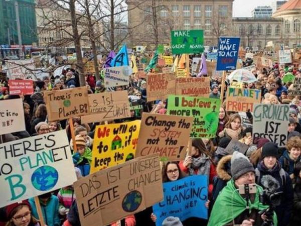 Berlin məktəbliləri siyasətçiləri bir daha iqlim barədə düşünməyə çağırıblar
