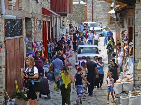 """Azərbaycana bu il daha çox turist gələcək - <span class=""""color_red"""">Axın ən azı payızadək davam edəcək</span>"""