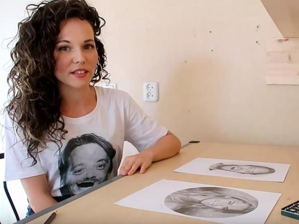 Eyni zamanda hər iki əli ilə müxtəlif portretlər çəkən qız