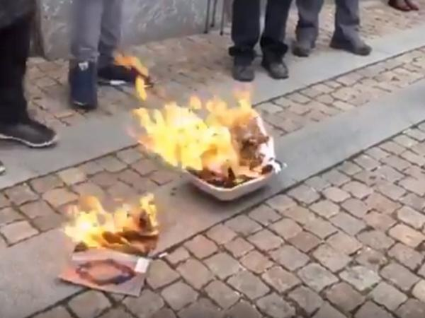 """Avropada iyrənc provokasiya - <span class=""""color_red"""">Quran kitabı yandırıldı - VİDEO</span>"""