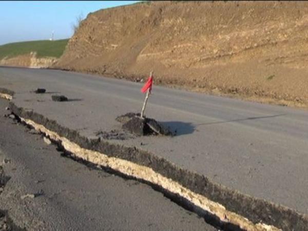 Azərbaycanda yeni salınmış yol çökdü - FOTO