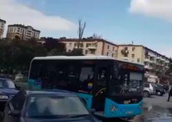 """Qara Qarayev prospekti istiqamətində avtobuslar marşrut xətti üzrə hərəkət edir - <span class=""""color_red"""">VİDEO</span>"""