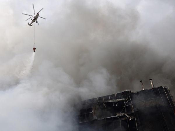 FHN: Ticarət mərkəzindəki yanğının yayılmasının qarşısı alınıb, 3 helikopter cəlb olunub