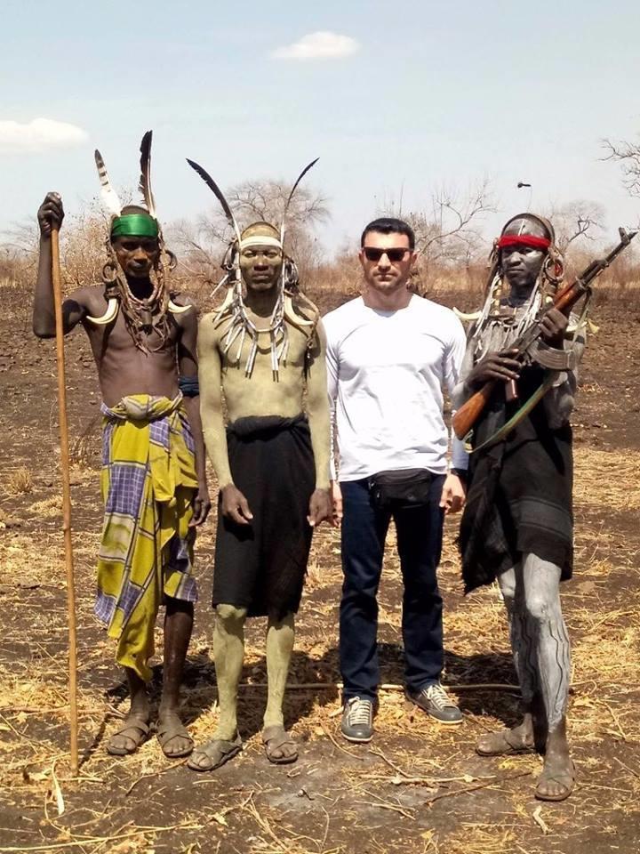 Tarzanın vətənində olmuş azərbaycanlı yazıçının Afrika təəssüratları - Paltarlarımızı əynimizdən çıxarmaq istəyirdilər  - VİDEO - FOTO