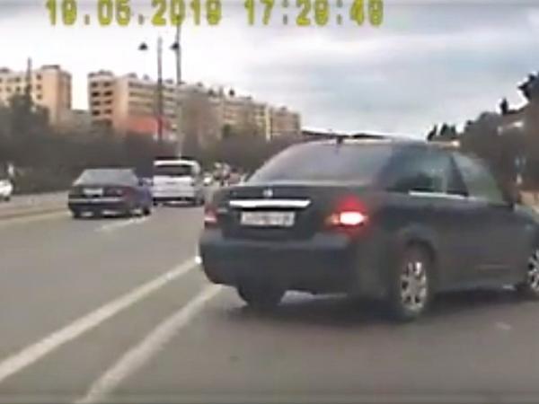 """Bakıda xanım sürücünün törətdiyi qəza kameraya düşdü - <span class=""""color_red"""">VİDEO</span>"""