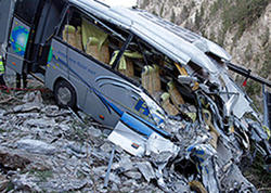 """Boliviyada avtobus dərəyə yuvarlandı - <span class=""""color_red"""">11 ölü</span>"""