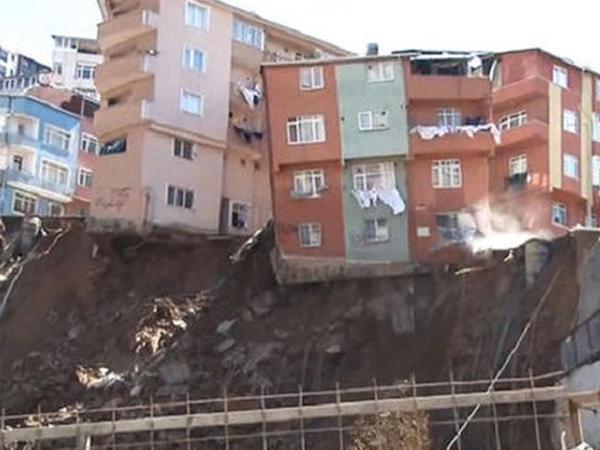 İstanbulda yaşayış binası çöküb