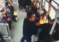 Qoca kişi avtobusda ona yer verməyən qadının qucağında oturdu - VİDEO - FOTO