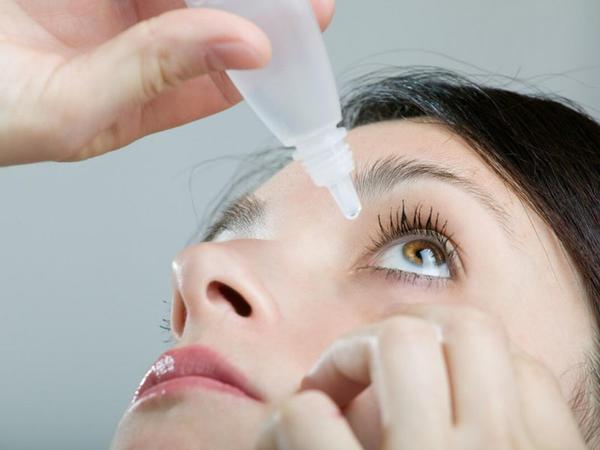Quru göz sindromunun müalicəsində süni gözyaşı damcılarından istifadə edilir
