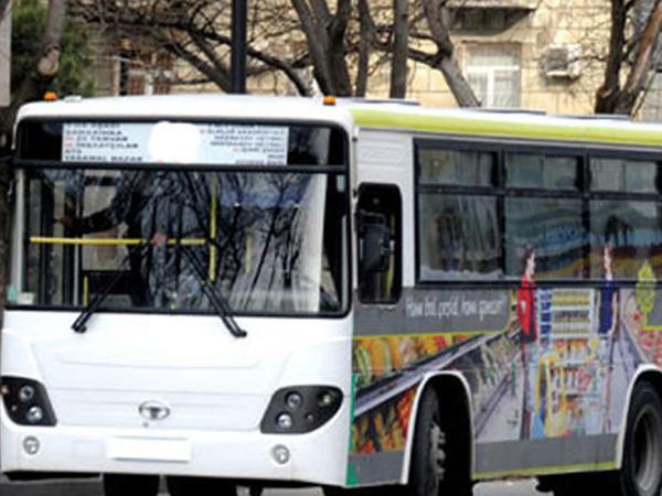 """Bakıda marşrut avtobusunun təkəri partladı, <span class=""""color_red"""">1 nəfər ağır xəsarət aldı</span>"""