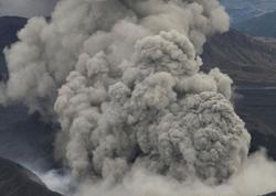 Yaponiyada vulkan 600 metr hündürlüyə kül və tüstü püskürüb