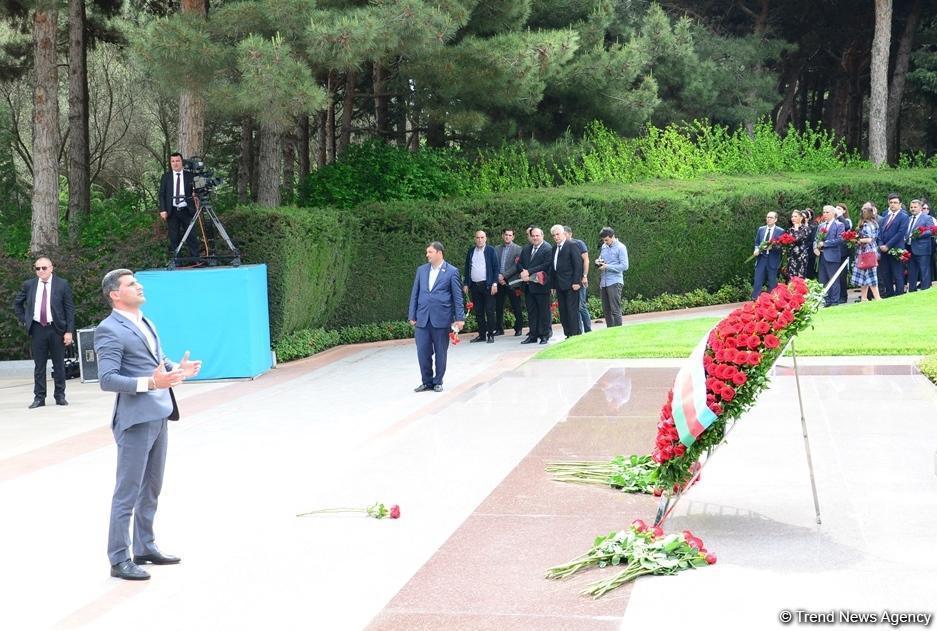Azərbaycan ictimaiyyəti Ümummilli Lider Heydər Əliyevin anadan olmasının 96-cı ildönümünü qeyd edir - FOTO