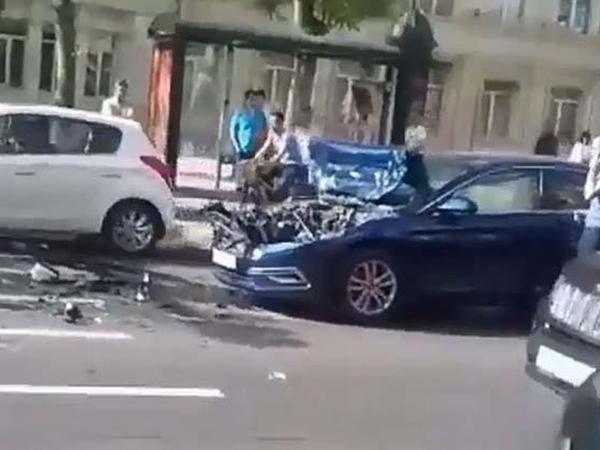 Bakının mərkəzində minik avtomobili yük maşını ilə toqquşdu - VİDEO