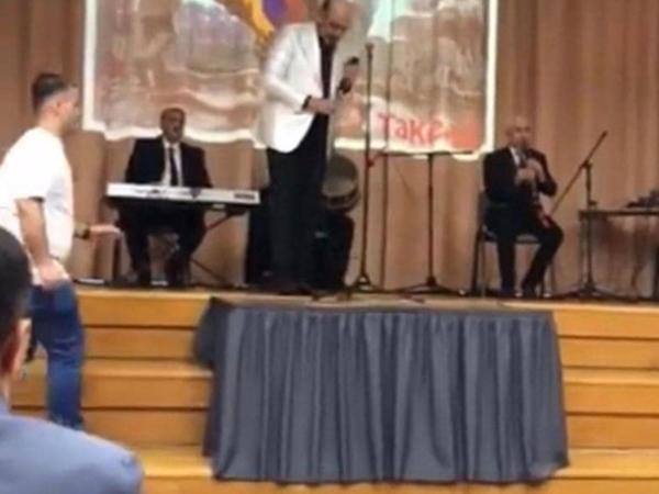 """Xalq artisti Laçının işğal günü erməni bayrağı ilə konsert verib? - <span class=""""color_red"""">VİDEO</span>"""