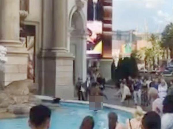 Hovuza girən qadın lüt halda turistlərin qarşısında oynadı - VİDEO - FOTO