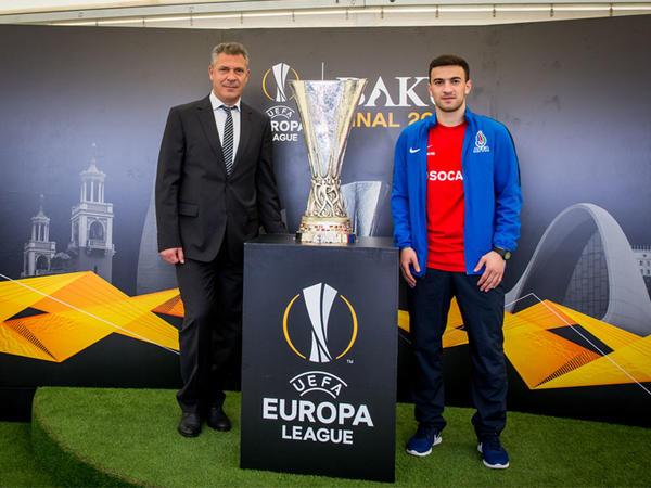 UEFA Avropa Liqasının əfsanəvi kuboku dünən Cocuq Mərcanlı kəndinə gəldi - FOTO