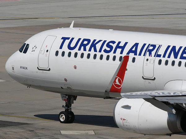 İstanbulda təyyarə dirəyə çırpıldı