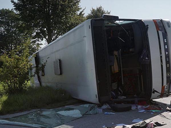 """İtaliyada turistləri aparan avtobus aşdı: <span class=""""color_red"""">ölən və yaralananlar var</span>"""