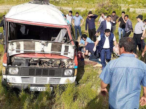 """Tələbələrin olduğu mikroavtobus aşdı: <span class=""""color_red"""">ölən və yaralananlar var - FOTO</span>"""