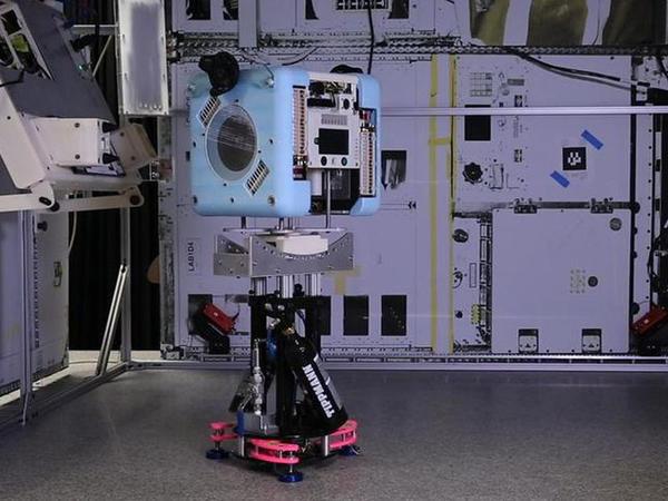 Kosmosda uçan robotlar sınandı - VİDEO