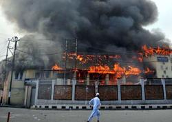 """Hindistanda dəhşətli görüntülər: məktəblilər yanan binadan özlərini atırlar - <span class=""""color_red"""">19 ölü - VİDEO</span>"""