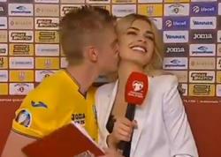"""Ukraynalı futbolçu jurnalisti öpdü - <span class=""""color_red"""">VİDEO</span>"""