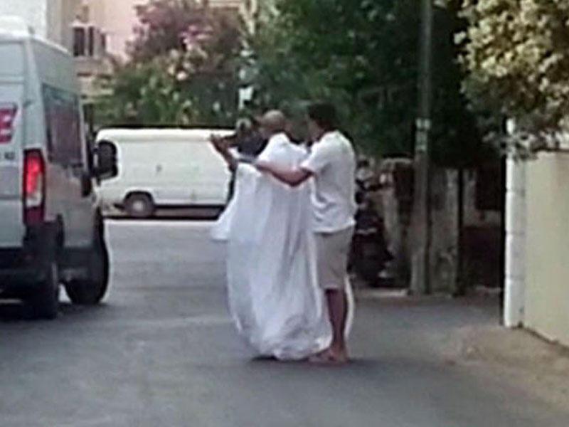 Çılpaq turist şəhəri gəzdi: Sakinlər isə... - VİDEO