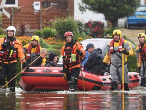 """İngiltərədə daşqınlar: <span class=""""color_red"""">580 sakin evakuasiya edilib</span>"""
