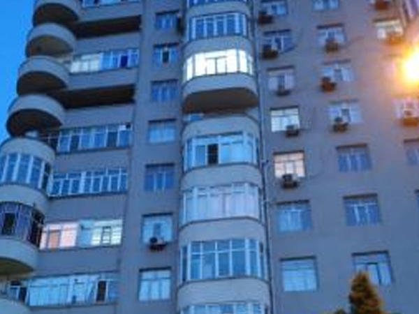 Bakıda yaşlı qadın binadan yıxılaraq dünyasını dəyişib - FOTO