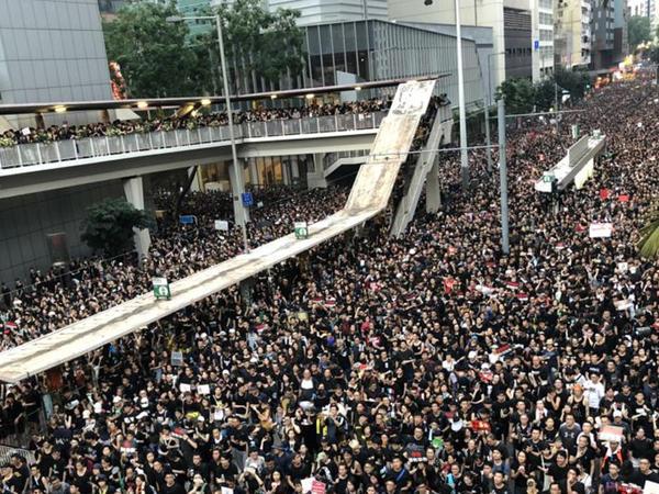 Yüz minlərlə insan küçələrə çıxaraq Honq Konq liderinin istefasına çağırıb