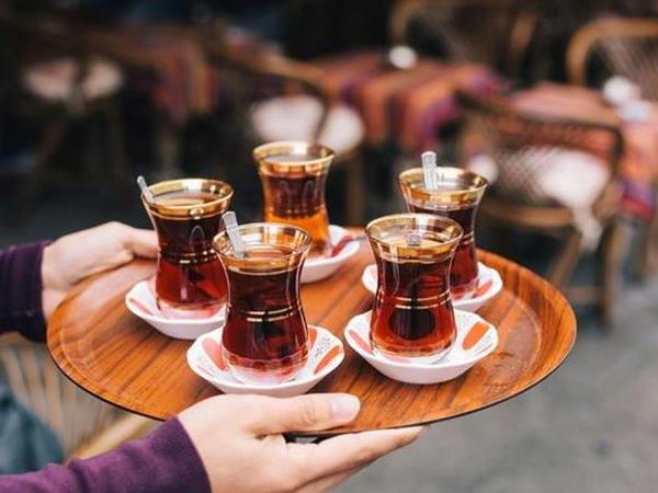 """DİQQƏT: qaynar çay bu xəstəliyə səbəb olur – <span class=""""color_red"""">HƏR İL MİNLƏRLƏ İNSANI ÖLDÜRÜR</span>"""