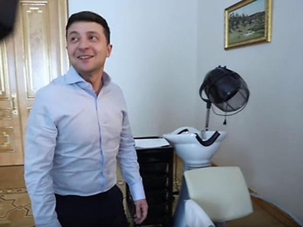 Zelenski jurnalistlərə kabinetindəki bərbər kürsüsünü göstərdi - VİDEO