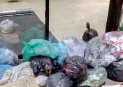 Yerevan meriyasının qarşısına zibil paketləri atdılar