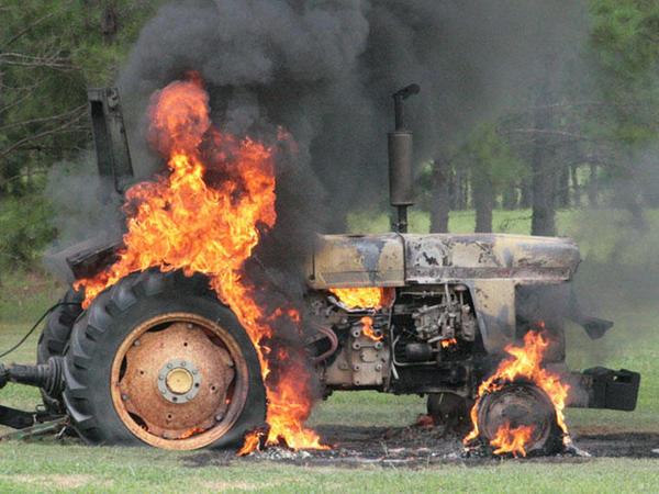 Kürdəmirdə traktor yanıb