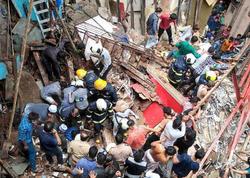 """Mumbayda 100 yaşı olan bina uçuldu - <span class=""""color_red""""> 14 nəfər altında qaldı</span>"""