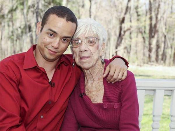 """Dünya bu sevgidən danışır: <span class=""""color_red"""">31 yaşlı oğlan, 91 yaşlı qadın - FOTO</span>"""