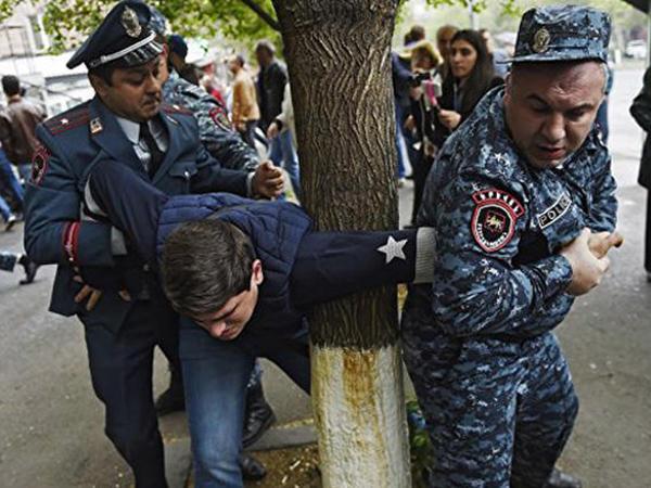Ermənistanda polislə toqquşma zamanı 13 etirazçı xəsarət alıb - VİDEO