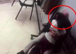 82 yaşlı pedofil uşağı dodağından öpərkən kameraya düşdü - VİDEO