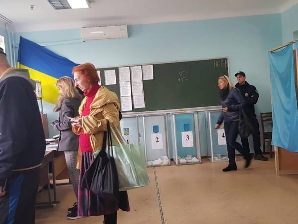 """Ukraynada parlament seçkilərində ilk 4 saatda seçicilərin <span class=""""color_red"""">13,61 faizi səs verib</span>"""