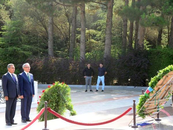 Mətbuat nümayəndələri ümummilli lider Heydər Əliyevin məzarını ziyarət ediblər - FOTO
