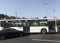 """Avtobus qəza törətdi, digər <span class=""""color_red"""">marşrutlar xətdən çıxdı - FOTO</span>"""