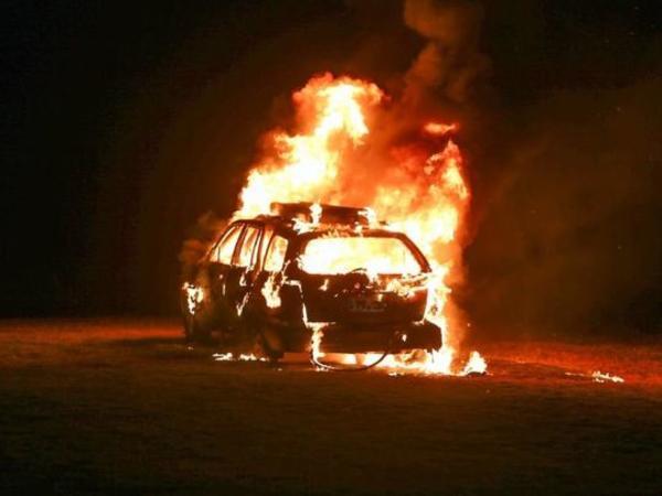 Azərbaycanlılar yanan maşından rusiyalını çıxardılar, avtomobil partladı - VİDEO