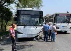 """Bakıda avtobus minik maşını ilə toqquşdu: <span class=""""color_red"""">1 nəfər öldü, 2 yaralı var - FOTO</span>"""
