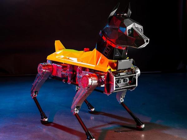 Robot it komandalara reaksiya verir