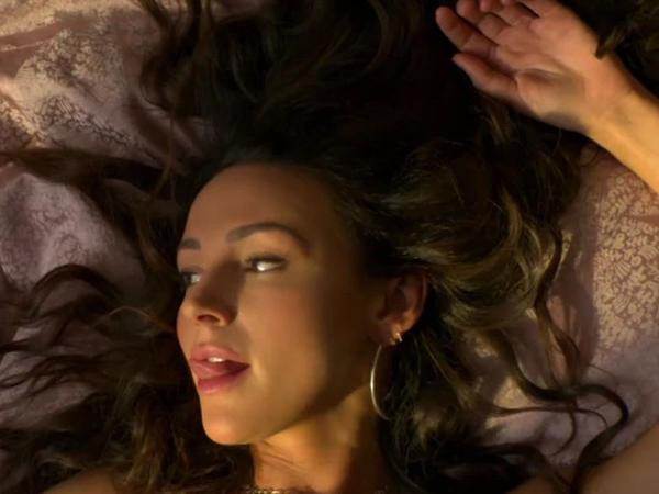 """Evli aktrisanın həmkarı ilə yataq səhnəsi gecəyə &quot;damğa vurdu&quot; - <span class=""""color_red"""">FOTO</span>"""