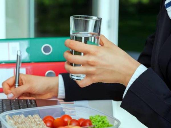 Oturaq iş şəraitində çalışanların yüksək kalorili qidalar qəbul etməsi...
